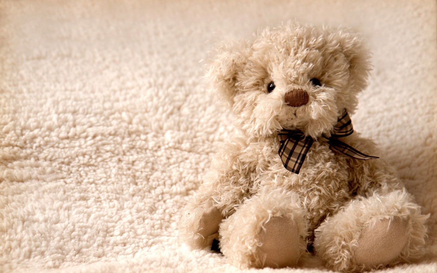 love-wallpapers-lonely-teddy-bear-wallpaper-32017